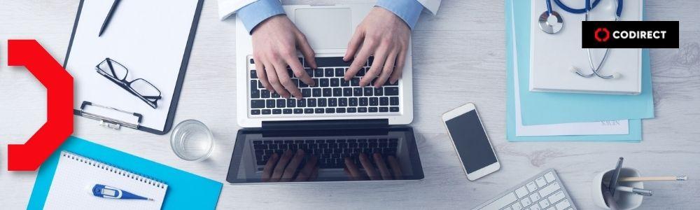 Medico sentado em frente ao computador pensando em como fazer marketing médico