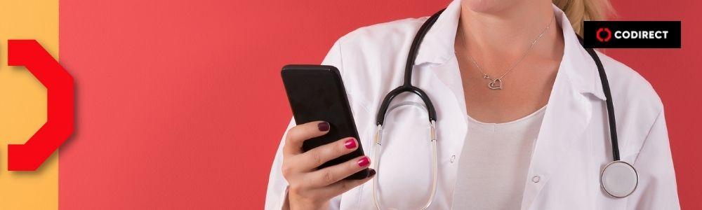 Médica olhando o marketing do seu instagram